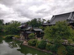 古平安京が造営された際に桓武天皇によって大内裏に隣接する形で設けられた宮中附属の神苑で国指定の史跡になっています。