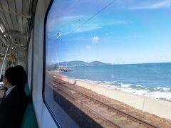 札幌から小樽まで、JR快速エアポートで30分程の移動です。 電車はガラガラ。海が見えてきました!