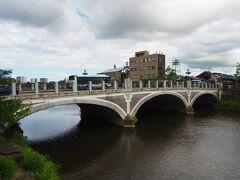 三連アーチの「浅野川大橋」です