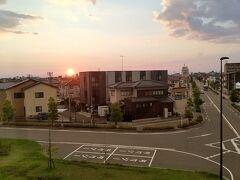 ●JR西金沢駅から  駅に戻って来ました。 あ~夕陽が地平線に沈むぅ…。 現在18:49。 ホテルに向かいます!