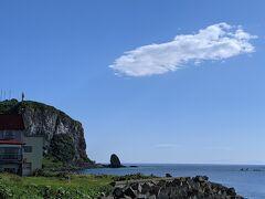 羅臼の海はベタ凪です。左上は羅臼灯台で、クジラの見える丘公園もこちらにあります。