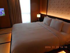 宿泊は安平地区にあるクラウンプラザ台南です。運よくスイートにアップグレードしてもらえたので、3ルーム+バスルーム+ウォークインクローゼットの5間もあって最初はまごつきました。
