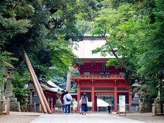 利根川が大きく広がる景色に感動しつつ 願い事を唱える練習しながら 鹿島神宮に12時前到着。  ここは5年前に初訪問。 久方ぶりに駐車場探したら、 おじさんにハイこっちこっち~とマネかれ おじさん家の敷地内に車を止めさせられる。  500円払う。