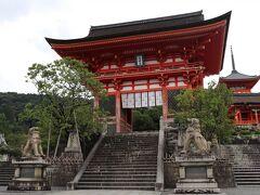 昼食後は… 清水寺へ 緊急事態宣言下なのでお土産屋さんはほとんど閉まってました。