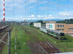 晴れました~!!! ということで、3日目はウポポイに向かいます。  札幌駅から普通列車で白老駅まで。 途中、千歳駅・苫小牧駅で乗り換えました。 千歳駅では接続が良くてすぐに電車が来たのですが、苫小牧駅では30分程の待ち時間が。 せっかくなので一度改札を出てみることに。 これが大正解で、苫小牧駅まではIC系交通カード(私の場合はSuica)が使えるのですが、苫小牧駅から先は切符のみとのこと。 ここで出ていなかったら、白老駅でオロオロするところでした。  コーヒーの一杯でも飲みたかったけど、時間を気にして慌てて飲むのももったいないような気がして、通路から線路の写真を撮ったり、駅付近をウロチョロ。 昨日一昨日も楽しかったけど、私はこの青い空と広々とした景色を求めていたのです。日々のストレスが溶けていく・・・。