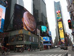 朝、タイムズスクエア  マック超美味しそう! でも昨日のステーキがまだお腹の中に...