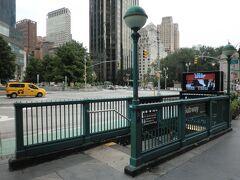 59 ストリート - コロンブス・サークル駅から地下鉄に乗ります。  この入り口、屋根がないから大雨降ったらとんでもないことなるやろ...