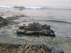 瀬石温泉 この時間は、満潮で湯船が海水に浸かっていた。