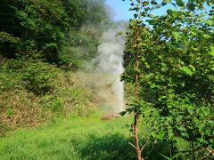 知床ビジターセンターの裏にある間歇泉 丁度タイミングよく蒸気が噴き出した。