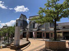 城を模したような駅舎の「高田駅」。