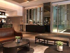 ●ザ・プリンスパークタワー東京  ということで、無事、今日宿泊する「ザ・プリンスパークタワー東京」へたどり着きました(笑)  こちらのホテルはプリンスホテル系列では最上級グレードだそうで、結局この夏もどこにも旅行に行けなかったこともあり、代わりと言ってはなんですが、まぁこのくらいの贅沢はお許しいただければと。