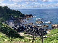 """ランプの宿は日本三大パワースポットと言われている崖下の凄い場所で、昔は舟でしか行けなかった秘湯。他の三大スポットは長野の分杭峠と富士山。 岬に集まる大地の気流と海の暖流と寒流が波状的に集結して交わる""""自然界のパワー""""が集中する世界的にも珍しい地形だそう。"""