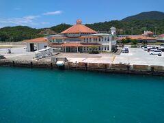 港内も青々している海の色 非常に閑散としていました。