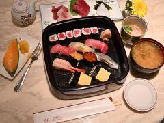 夜景も楽しむことができたので、そろそろ夕御飯にすることに。 今回はルームサービスにし、和・洋・中華がそろうメニューの中から、お寿司の「濱芝セット」(@8,600円)をチョイスしてみました♪