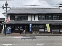 乗り継ぎ時間が少しあるので、駅近くの醤油屋さんへ。 「日本一しょうゆ」ののぼりが目印です。