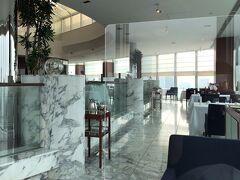 ●レストラン・ブリーズ・ヴェール  翌朝、普段よりもゆっくり起きて、最上階の33階にあるレストラン「ブリーズ・ヴェール」で朝食を。 店内は白を基調とした開放的な雰囲気です。