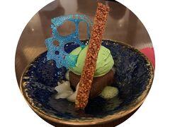 「てのひらの宇宙」はチョコレートテリーヌの上に抹茶アイス、柚子の水羊羹に青の飴細工、な美しいデザート。(ドリンクセット1,330円)  驚いたのは、待ち時間≧お茶時間を過ごしサッと出てきたら 待ち列がもっとのびていたこと。(笑)
