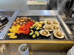 8/10 北海道旅行5日目。ついに最終日です。朝食はモーニングビュッフェ。ラビスタの楽しみのひとつです。まずは、焼き物。ホタテの貝焼きも登場していました。