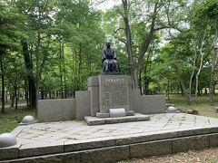これも立派です。 ちょっとした銅像レベルではないほどです。 大東文化と武蔵野美大の創立に貢献した北海道出身の政治家です。