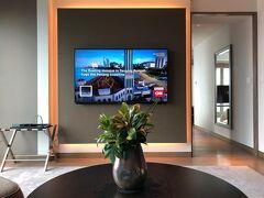 東京・大手町『フォーシーズンズホテル東京大手町』35F  「パノラマスイート(100㎡)」のお部屋(3533号室)の リビングルームの写真。  おはようございます。 「SIMMONS(シモンズ)」社とのパートナーシップで開発された フォーシーズンズホテルオリジナルのベッドマットレスのお陰で ぐっすり熟睡することができました (^^♪  ここまでのブログはこちら↓  <大手町のラグジュアリーホテル『パレスホテル東京』 2020年9月開業の『フォーシーズンズホテル東京大手町』39階にある カフェラウンジ【ザ ラウンジ】で2021年6月1日から マンゴーサマーアフタヌーンティーがスタート♪>  https://4travel.jp/travelogue/11695588  <『フォーシーズンズホテル東京大手町』宿泊記 ①  ミシュラン星付きシェフのフレンチ【est(エスト)】でランチ♪ ルーフトップテラスからの眺望★バー【VIRTU(ヴェルテュ)】>  https://4travel.jp/travelogue/11701125  <『フォーシーズンズホテル東京大手町』宿泊記 ②  東京タワー&皇居御苑ビューの眺望の良いコーナールーム 「パノラマスイート」に驚愕のアップグレード>  https://4travel.jp/travelogue/11701324  <『フォーシーズンズホテル東京大手町』宿泊記 ③  天空のサンクチュアリ【ザ・スパ】のプール&インドアバス&サウナ、 「パノラマスイート」からの夜景☆彡>  https://4travel.jp/travelogue/11705797  <『大手町プレイス』【神戸牛焼肉&牛タン料理 舌賛(ぜっさん)】で 焼肉ディナー♪【グリルうかい】丸の内店でランチ♪【ダイニングバル コダマ ステーキアンドクラブ】でランチ♪ジュエリースイーツ 【ルワンジュ トウキョウ ル ミュゼ】銀座のアートデセール♪ 「ポロ ラルフ ローレン」のカフェ【ラルフズ コーヒー 銀座】>  https://4travel.jp/travelogue/11706380