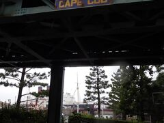 ポンテヴェッキオを渡って左にある階段を下り、エレクトリックレールウェイの線路下を通ってケープコッド方面へ。  こんなところにCAPE CODって書いてあるの初めて気づいたかも!  奥にはあとで行くS.S.コロンビア号が見えています。
