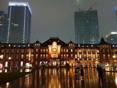 東京駅丸の内駅前広場の夜景を撮影。ライトアップが素晴らしい。この日は雨天で、濡れた広場の路面が鏡のように東京駅赤レンガ舎を写し出していて、良い写真が撮れました。