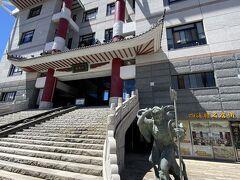 それではお店の方に向かいましょう。 お昼ごはんはこちら四海樓さん。 明治32年に旅館兼中華料理屋として陳平順さんが創業した老舗です。 なんか竜宮城みたいな建物ですね。
