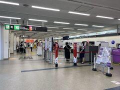 それではまずはチェックインしちゃいましょう。 当然長崎空港にはプライオリティレーンは無し。 バスを降りるのは出遅れましたが、何故か皆さん自動チェックイン機に群がり有人カウンターはガラガラ。 お先に失礼します。