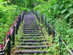 この階段を登ってゆく