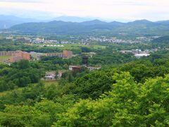 遠くに芦別の町と白い大きな北海道大観音が見える