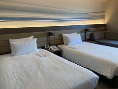 部屋のベッド。 ダブルサイズのベッドが2台のツインルーム。