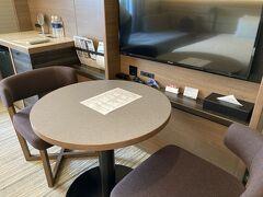 部屋のテーブル。 羽田エクセルホテル東急は、部屋の作りがいろいろあるので、割と楽しい。 この写真のタイプの部屋は一番オーソドックスなタイプ。