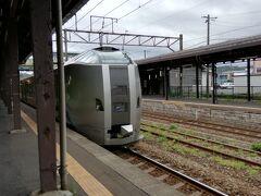 1時間ちょっとで、登別に到着。 列車の顔、結構モダンだったんですね。 線路にこんなに草が生えてました、、。