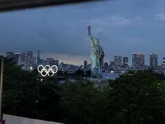 お台場海浜公園のオリンピック・シンボルの写真を とりに行きたかったのですが 近寄れずにここだけでした