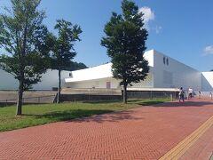 出発から約30分で青森県立美術館に着きました。