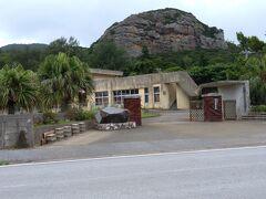 ランチ後は 港前にある伊平屋のシンボル虎頭岩 を見ながら
