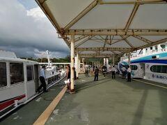 竹富島到着。所要10分ほど。 元々、コロナの緊急事態宣言中で観光客は少ないんですが、さらに朝一の便は人が少ない。