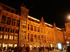 【アムステルダム中央駅】に到着。 往復の時間を差し引くと街歩きは2時間  よーいスタート!!