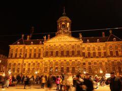 【ダム広場】に面して建っているのは 【王宮 / Koninklijk Paleis Amsterdam】です。 1648年に市庁舎として建てられました。 フランス侵略時代にはナポレオンの弟であるボナパルトが王宮として 使い始めます。 内部は当時のままで現在は迎賓館として使用されています。