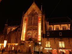 【ダム広場】に面した【王宮】の隣にある【新教会 / De Nieuwe Kerk】 空から見ると十字架の形をしているので入り口が4つあるみたい。 (すべてを開放しているかは不明)