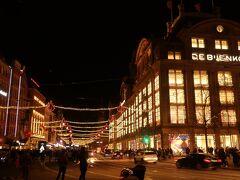 """【de Bijenkorf / デ・バイエンコルフ】 アムステルダム最大規模を誇る老舗百貨店です。  買い物もいいけれど""""無料""""で""""きれい""""なトイレが利用できるんだって。 けっこう重要だね。"""