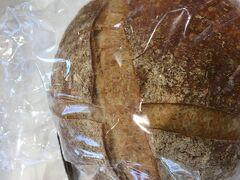 明日の朝食のためルビアンのパンを購入。 ここのパン屋さんはフランス(ブルターニュ地方発祥だそう)のパン屋さんなのよと連れがいうが、陳列したパンが舶来品ではないし、原料がフランス小麦でもなく、フランス人職人がこしらえている訳でもない。 値段に対してうまいかどうかだけだと思うのは、欧米信仰のほとんどない私だけであるまい。 そして電車に乗って家に帰りました。