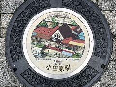 ミナカ小田原の前に設置されたマンホール 図柄はラスカ小田原が建つ前の小田原駅東口の俯瞰