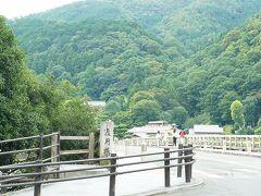 渡月橋。いつもよりゆったりのどかな雰囲気。
