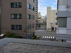 2階の回廊から、スズアコーヒー店の交差点が見えます。 https://www.suzuacoffee.com/