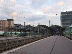 そして20時25分、列車は1時間55分でヘルシンキ中央駅(Helsingin rautatieasema)に無事到着。  空はすっかり陽が陰って、肌寒くなってきました。  列車から降りてホームを歩いていると、中には手にムーミングッズをぶら下げているアジア系の観光客の姿も。  ムーミンワールドのあるトゥルク西方の町、ナーンタリ(Naantali)に行った帰りの人たちでしょうか。