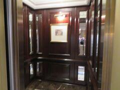 ブランチを終えるとフロントスタッフさんがお迎えに来てくれて移動先のお部屋まで案内してくれました。このあたりの連携と気遣いはさすが。 本館のクラシックなエレベーター。