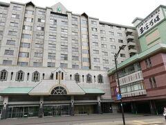駅から今夜の宿「ホテルまほろば」までタクシーで移動しました。 登別温泉街の真ん中にある、大きなホテルです。