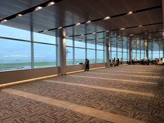 室内展望フロア、FLIGHT DECK TOKYO。奥にはカフェが併設されています。