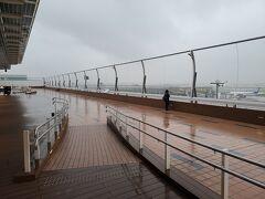 第3ターミナルの展望デッキ。このあたりから、予報通り雨が降ってきました。